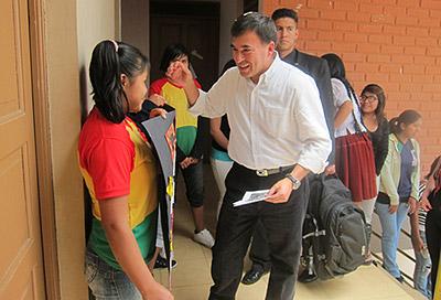 Regeringsministern Juan Ramón Quintana kom överraskande på besök och höll tal för barnen och personalen.